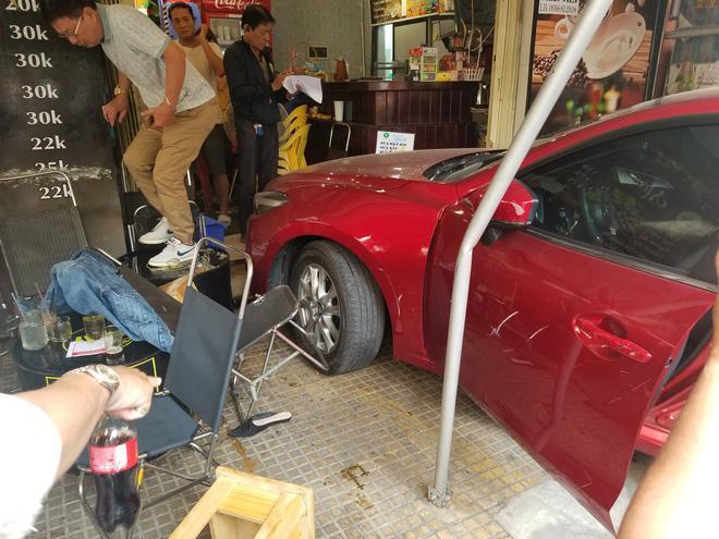 Ô tô lao vào quán cà phê 'Chạy' ở Sài Gòn, nhiều khách tháo chạy tán loạn Ảnh 2