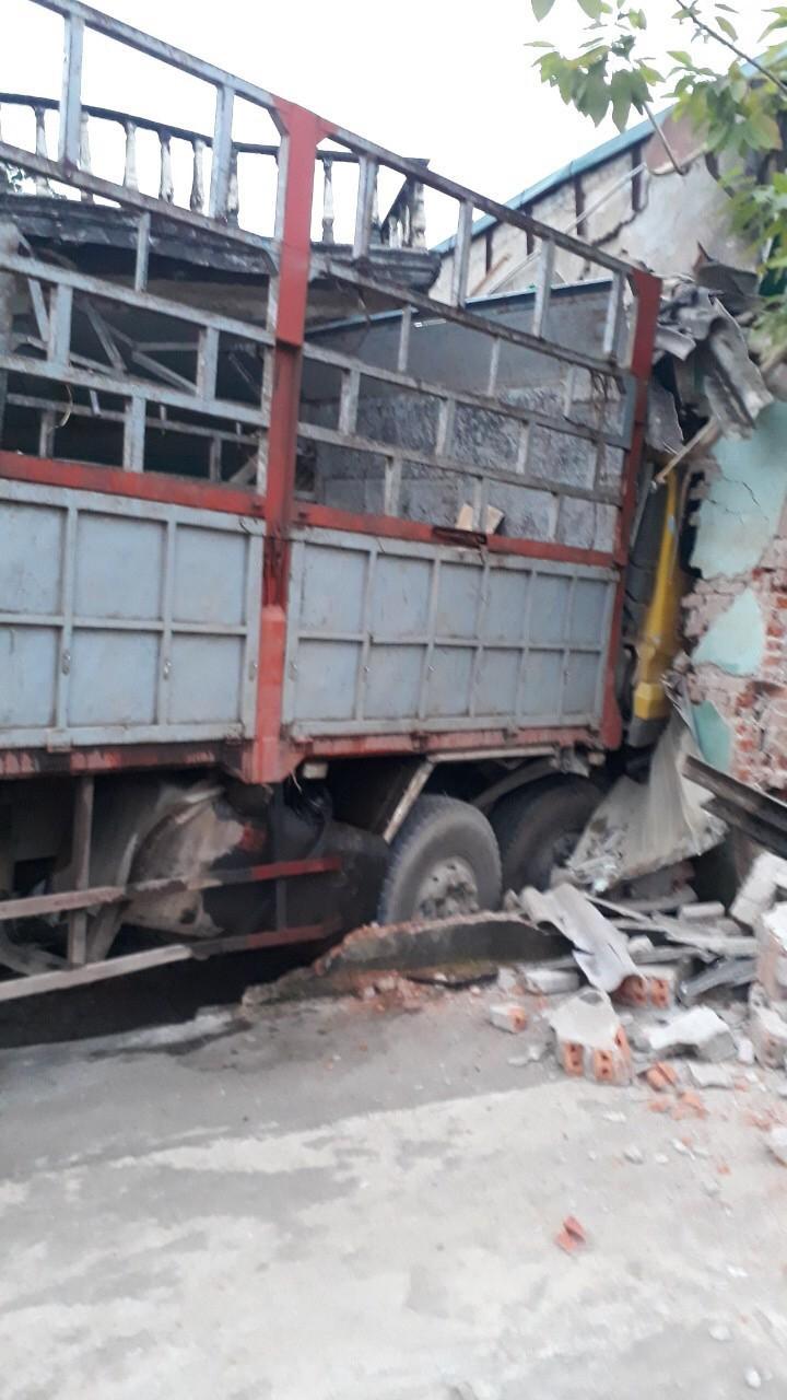 Kinh hoàng xe tải mất lái tông xuyên 2 nhà dân Ảnh 3