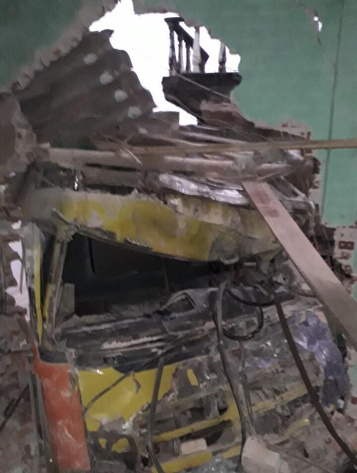 Kinh hoàng xe tải mất lái tông xuyên 2 nhà dân Ảnh 1