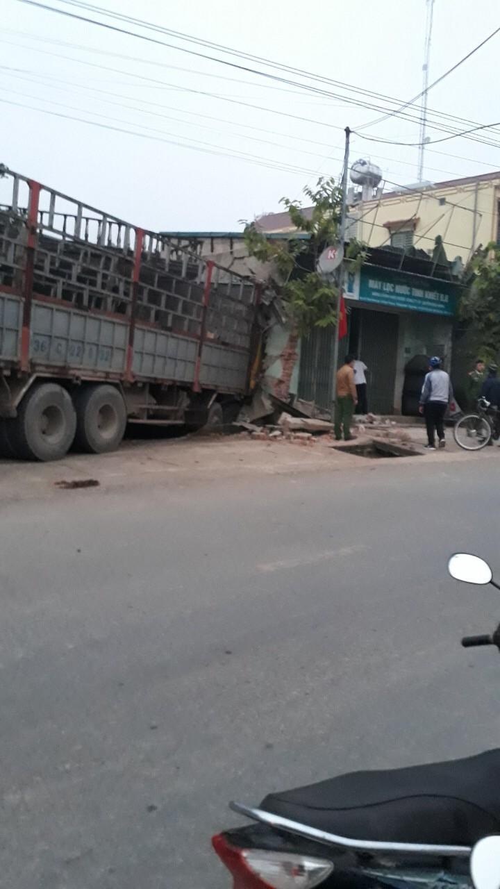 Kinh hoàng xe tải mất lái tông xuyên 2 nhà dân Ảnh 4