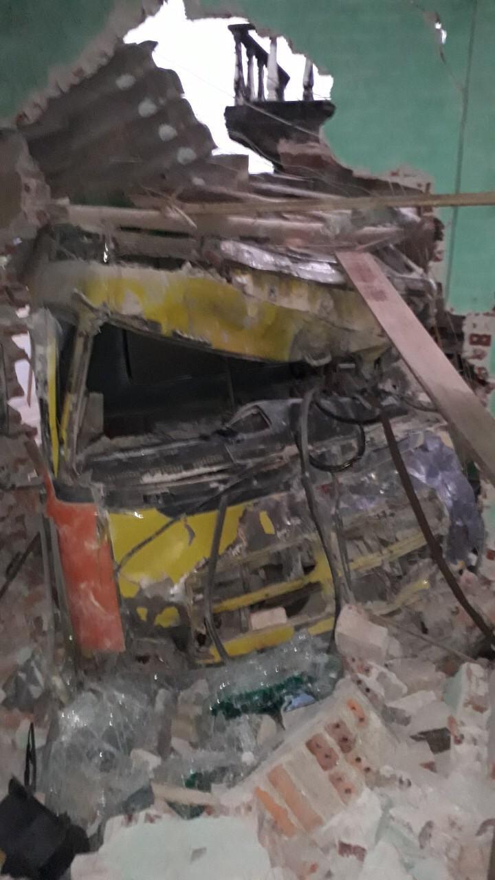 Kinh hoàng xe tải mất lái tông xuyên 2 nhà dân Ảnh 2