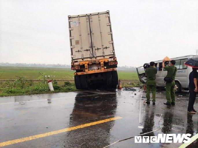 Hiện trường container tông trực diện xe khách khiến 13 nguời thương vong Ảnh 6