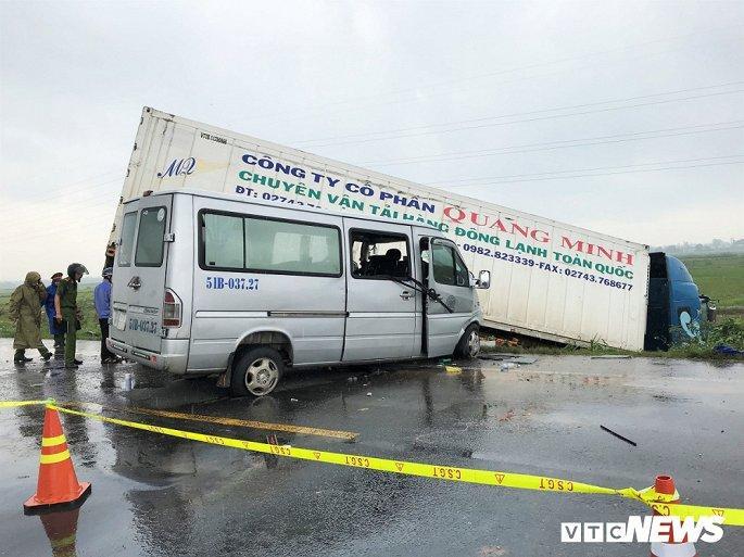 Hiện trường container tông trực diện xe khách khiến 13 nguời thương vong Ảnh 1
