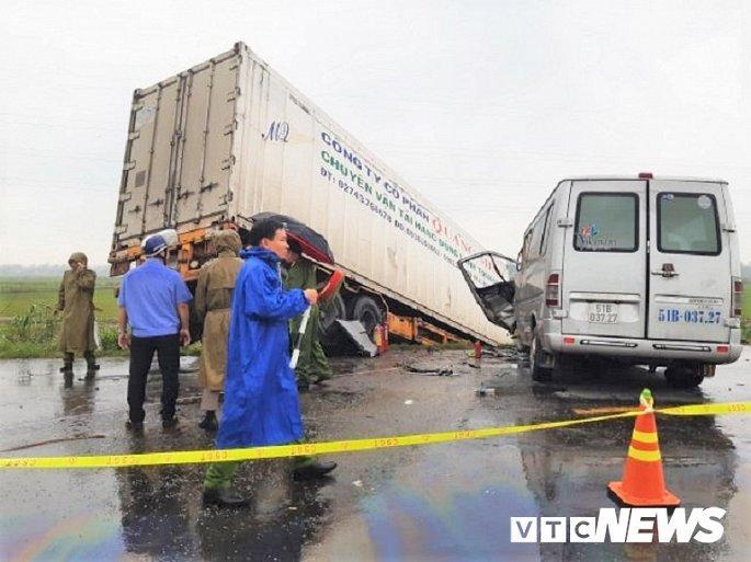 Hiện trường container tông trực diện xe khách khiến 13 nguời thương vong Ảnh 5