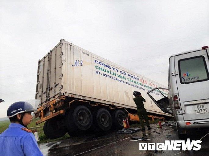 Hiện trường container tông trực diện xe khách khiến 13 nguời thương vong Ảnh 3