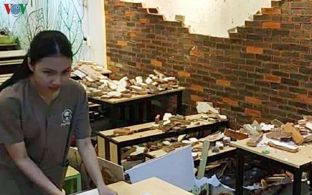 Tường trang trí quán ăn bất ngờ đổ sập, 4 thực khách ở Huế nhập viện Ảnh 1
