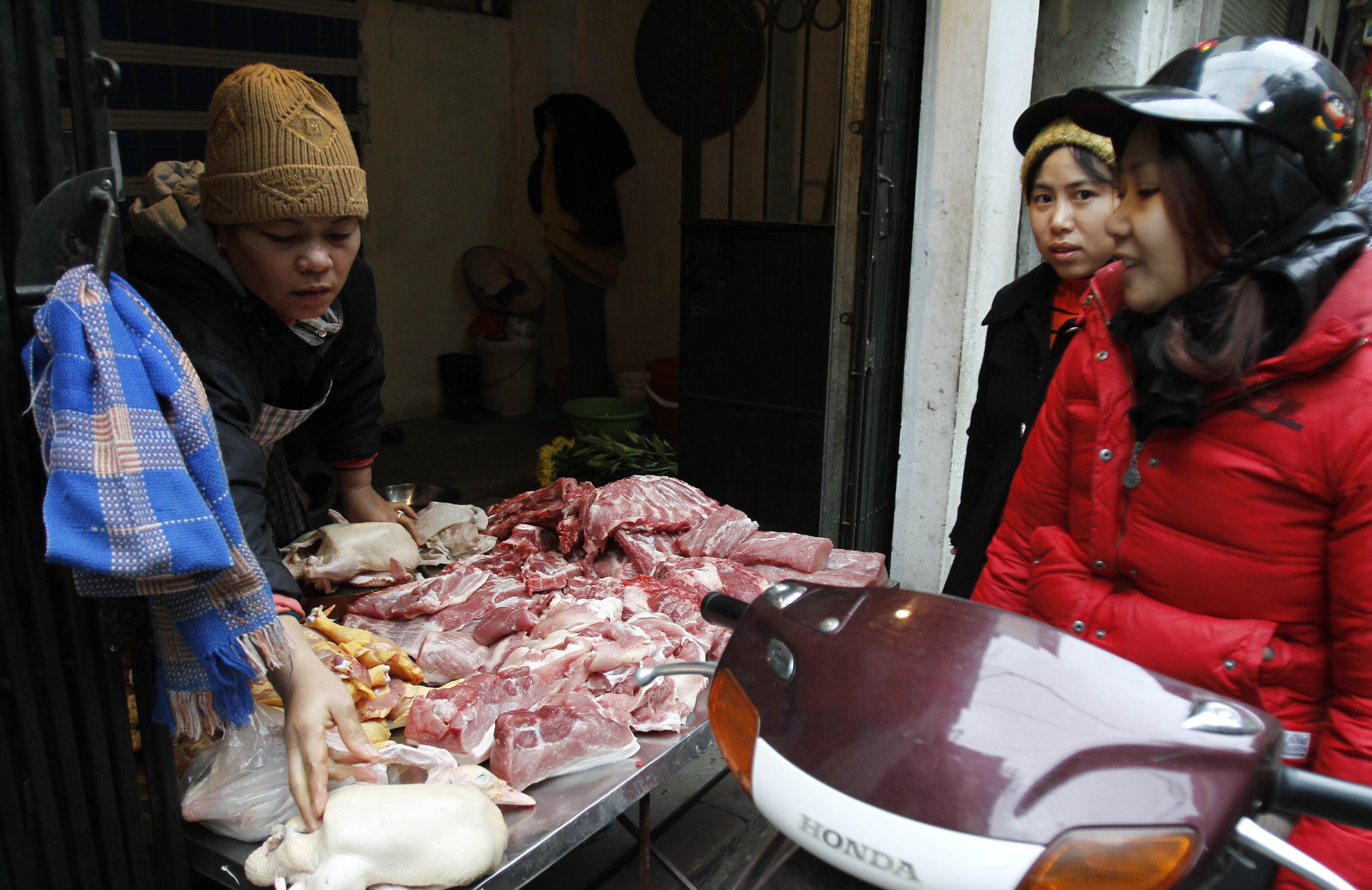 Giá thịt lợn cao, người dân rủ nhau mua gom lợn quê Ảnh 1