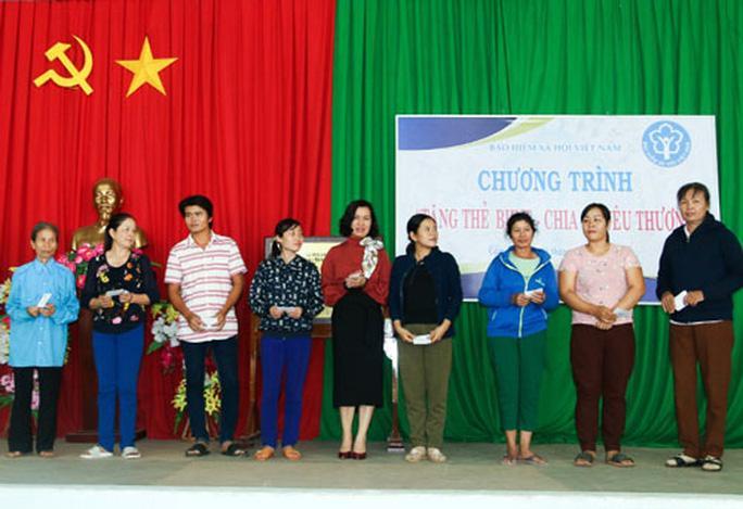 Đồng Nai: 450 người lao động nghèo nhận thẻ BHYT Ảnh 1