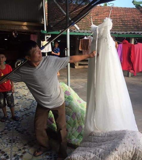 'Đẩy' được con gái đi lấy chồng, ông bố hí hửng đem váy cưới của con đi khoe cả làng Ảnh 2
