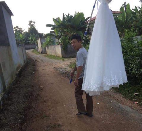 'Đẩy' được con gái đi lấy chồng, ông bố hí hửng đem váy cưới của con đi khoe cả làng Ảnh 3