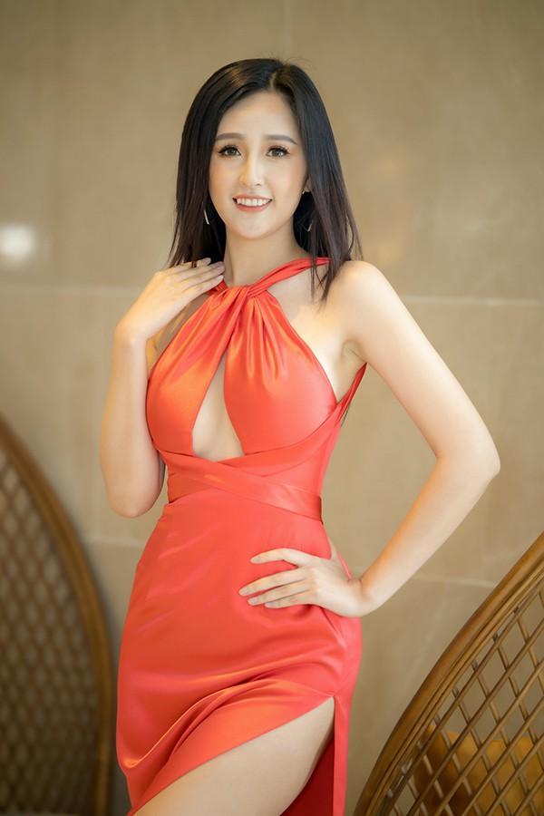 Mai Phương Thúy mặc váy khoét ngực khoe vòng 1 sexy Ảnh 2