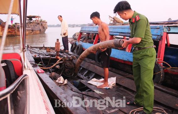 'Cuộc chiến' với 'cát tặc' vẫn tiếp diễn trên sông Đồng Nai Ảnh 1