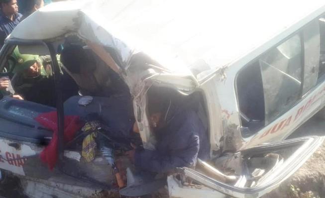 Lật xe chở đoàn từ thiện, 9 người thương vong Ảnh 1