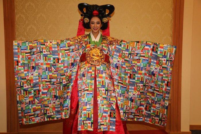 Thúy An trình diễn 'Điểu tinh đoạt công chúa': Đẹp - Độc đáo - Quyết giật giải Best National Costume! Ảnh 8