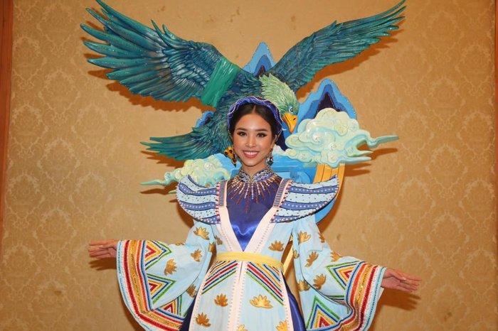 Thúy An trình diễn 'Điểu tinh đoạt công chúa': Đẹp - Độc đáo - Quyết giật giải Best National Costume! Ảnh 1