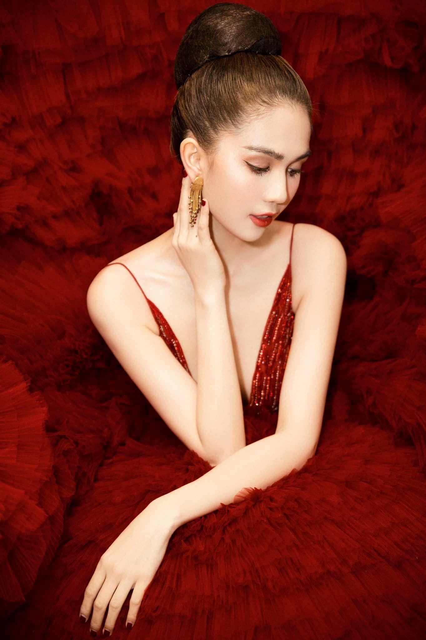 Chán hở bạo, Ngọc Trinh diện váy đỏ hóa thành công chúa lộng lẫy Ảnh 9