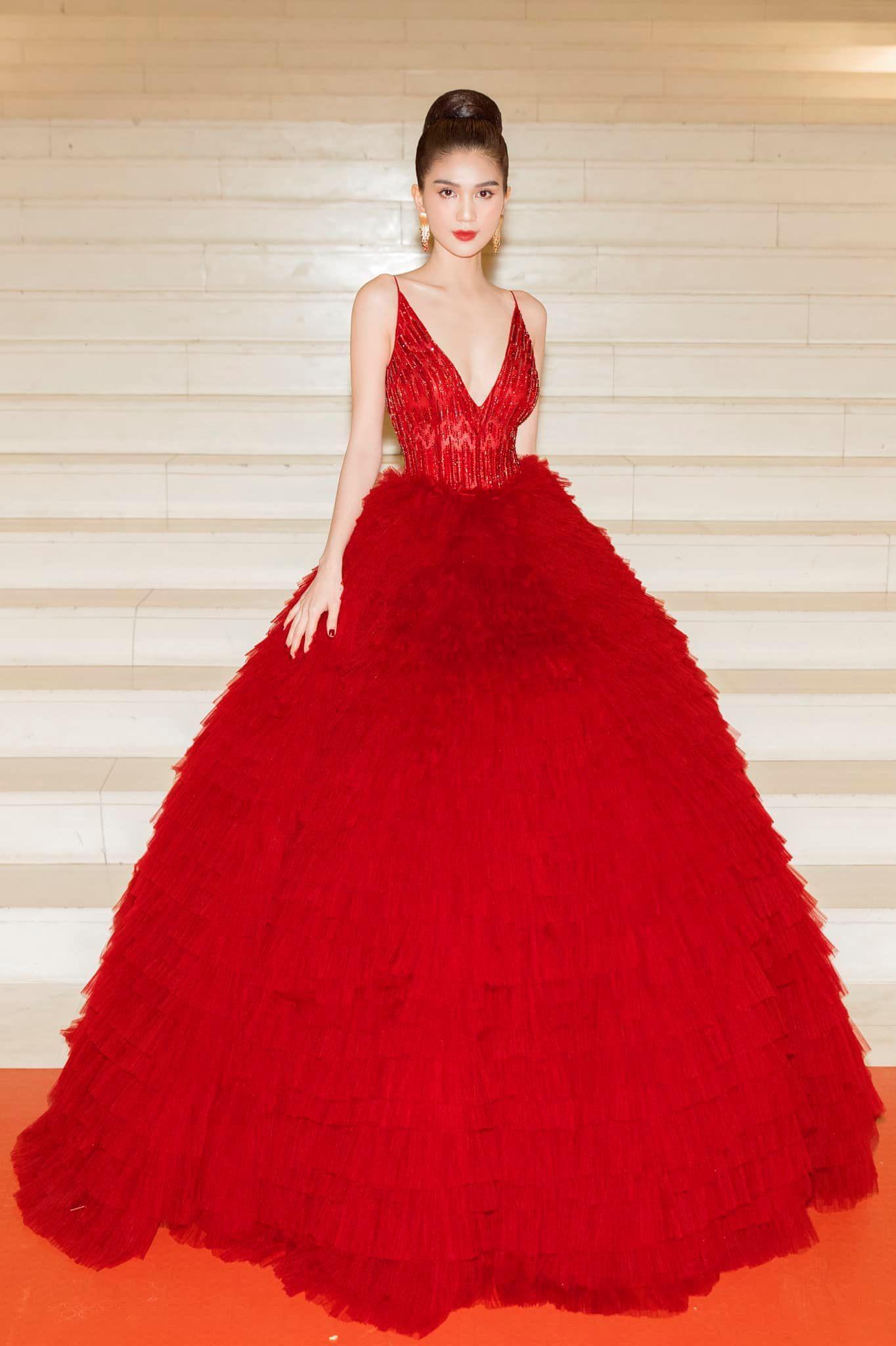 Chán hở bạo, Ngọc Trinh diện váy đỏ hóa thành công chúa lộng lẫy Ảnh 7