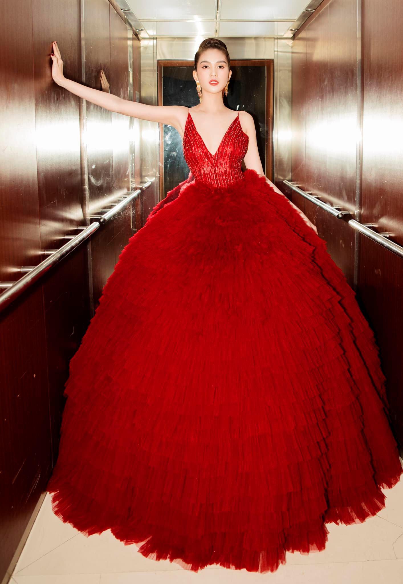 Chán hở bạo, Ngọc Trinh diện váy đỏ hóa thành công chúa lộng lẫy Ảnh 1