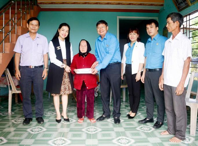 Thăm hỏi, tặng quà gia đình chính sách, Mẹ Việt Nam anh hùng Ảnh 1