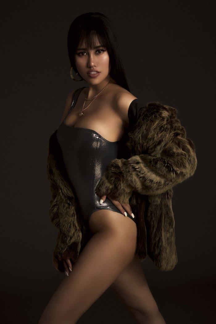 Emily Hồng Nhung úp mở cơ thể khi mix bodysuit và áo lông cực kỳ sang chảnh Ảnh 4