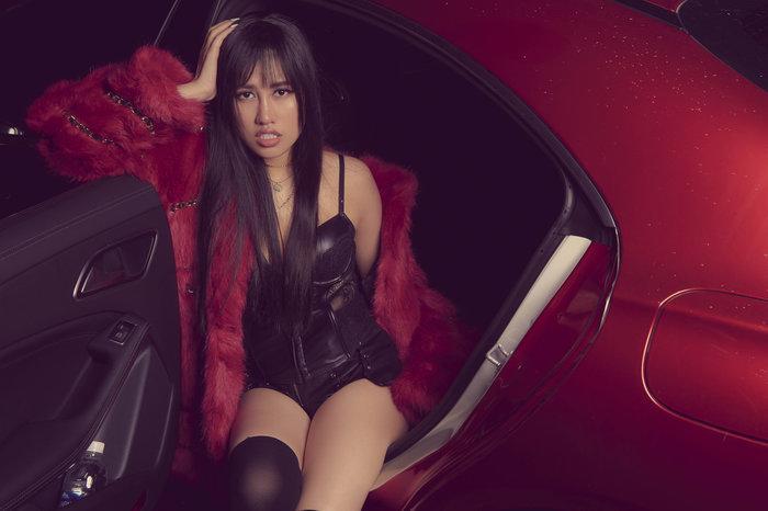 Emily Hồng Nhung úp mở cơ thể khi mix bodysuit và áo lông cực kỳ sang chảnh Ảnh 2