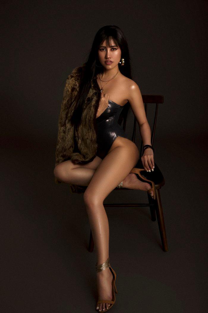Emily Hồng Nhung úp mở cơ thể khi mix bodysuit và áo lông cực kỳ sang chảnh Ảnh 5