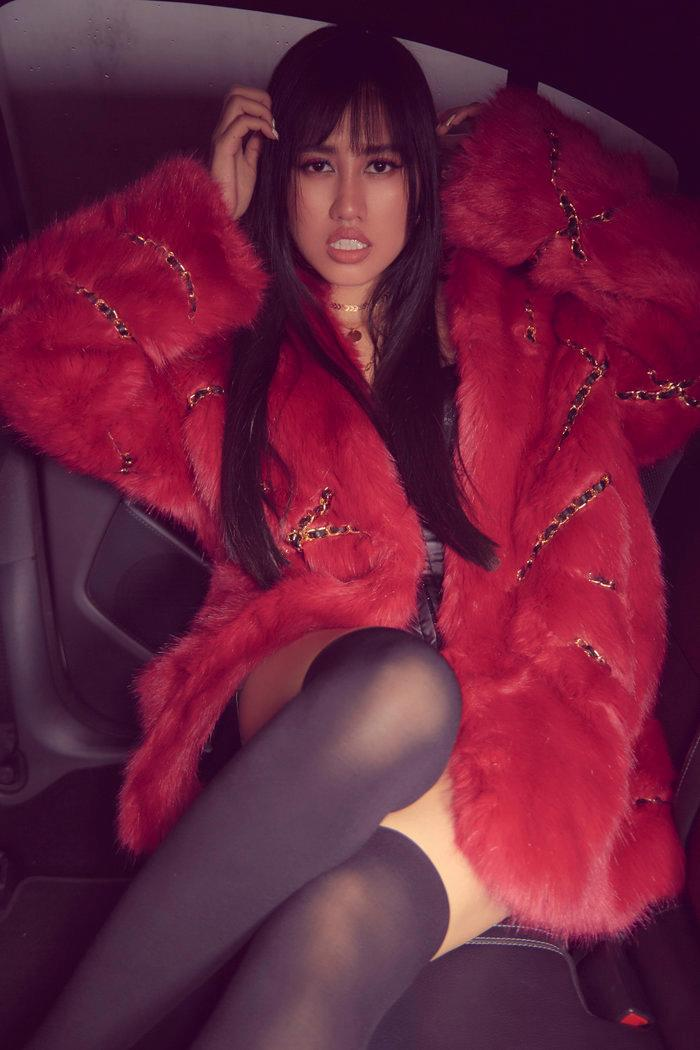 Emily Hồng Nhung úp mở cơ thể khi mix bodysuit và áo lông cực kỳ sang chảnh Ảnh 1
