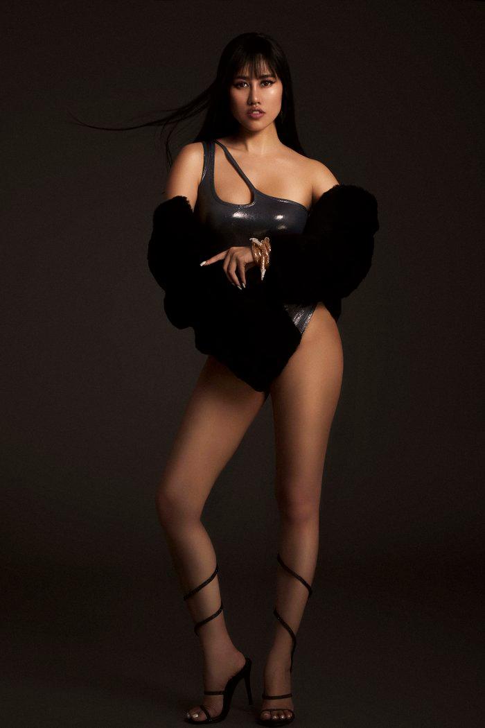 Emily Hồng Nhung úp mở cơ thể khi mix bodysuit và áo lông cực kỳ sang chảnh Ảnh 7