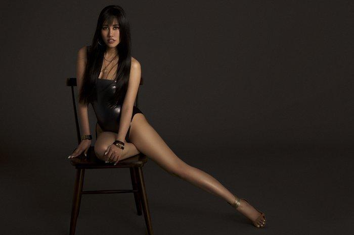 Emily Hồng Nhung úp mở cơ thể khi mix bodysuit và áo lông cực kỳ sang chảnh Ảnh 8