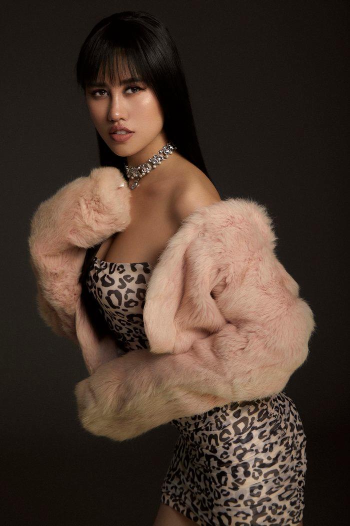Emily Hồng Nhung úp mở cơ thể khi mix bodysuit và áo lông cực kỳ sang chảnh Ảnh 6