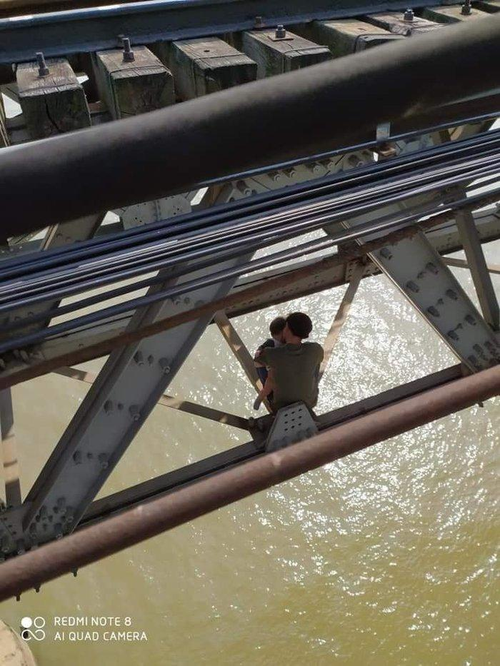 Cuộc sống gia đình bế tắc, người đàn ông ôm con nhỏ 7 tháng tuổi định nhảy cầu Long Biên tự tử Ảnh 2