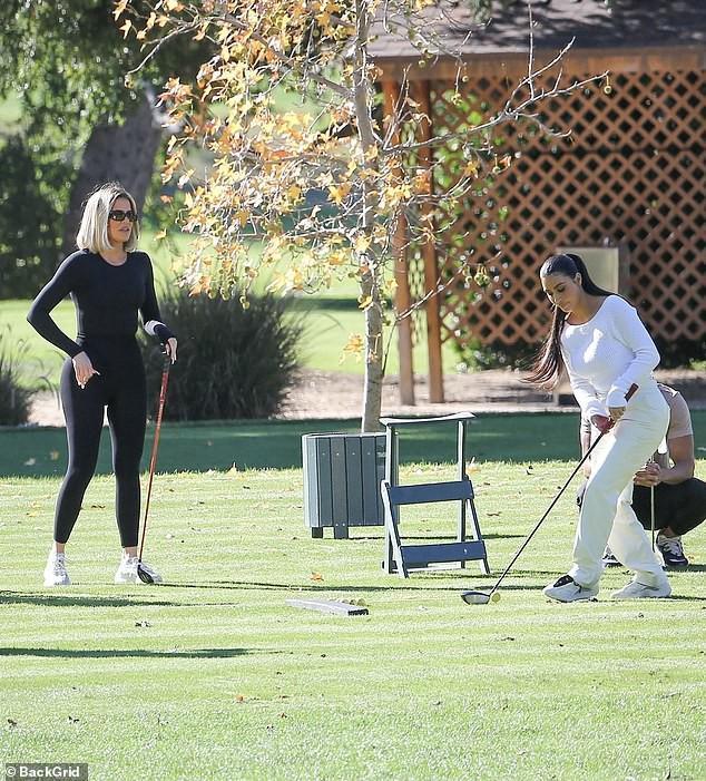 Kim Kardashian xinh đẹp đi chơi golf cùng em gái trong ngày nắng đẹp Ảnh 5