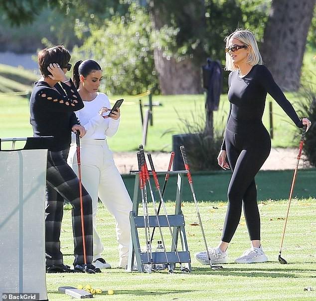 Kim Kardashian xinh đẹp đi chơi golf cùng em gái trong ngày nắng đẹp Ảnh 9