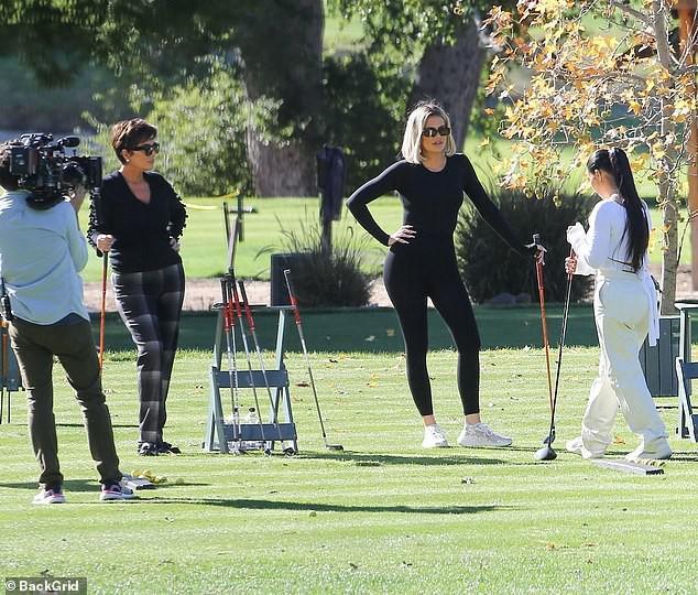 Kim Kardashian xinh đẹp đi chơi golf cùng em gái trong ngày nắng đẹp Ảnh 8