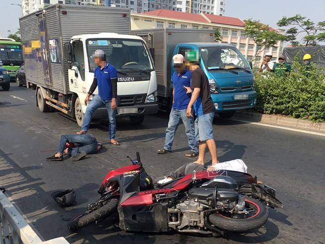 2 thanh niên nghi cướp giật gặp tai nạn ở đường Võ Văn Kiệt Ảnh 1