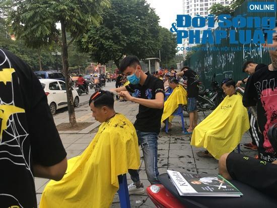 Những nụ cười rạng rỡ tại 'tiệm cắt tóc 0 đồng' đặc biệt của nhóm thanh niên trẻ giữa lòng Hà Nội Ảnh 1
