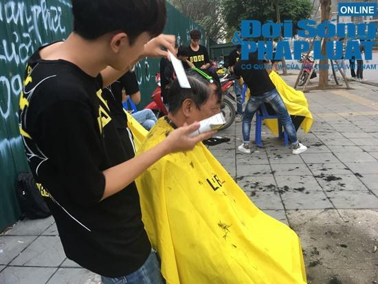 Những nụ cười rạng rỡ tại 'tiệm cắt tóc 0 đồng' đặc biệt của nhóm thanh niên trẻ giữa lòng Hà Nội Ảnh 6