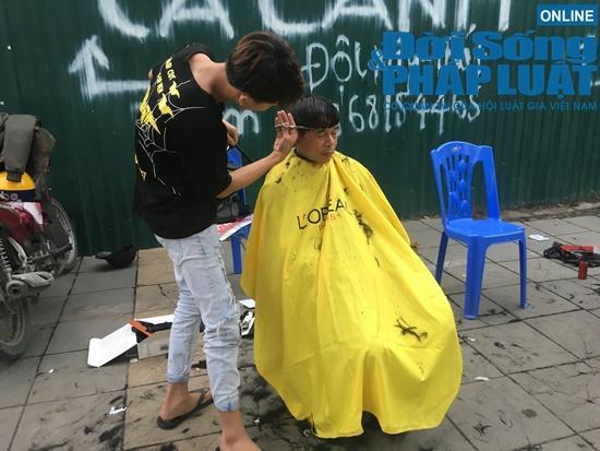 Những nụ cười rạng rỡ tại 'tiệm cắt tóc 0 đồng' đặc biệt của nhóm thanh niên trẻ giữa lòng Hà Nội Ảnh 5