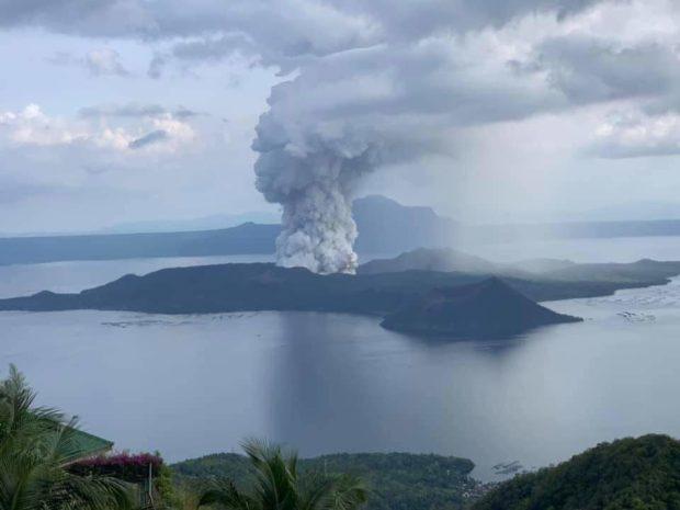 Núi lửa thức giấc sau 40 năm, sân bay ở Manila đóng cửa Ảnh 1