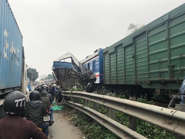 Hà Nội: Băng qua đường sắt, ô tô bị tàu hỏa cán nát, một người nguy kịch Ảnh 1