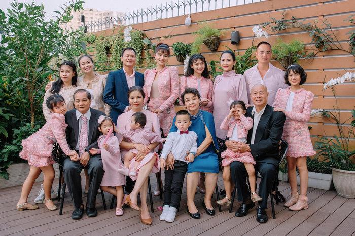 Siêu mẫu Vũ Thu Phương: 'Ba mẹ chồng coi bố mẹ tôi như em ruột nên quan tâm nhau lắm' Ảnh 5