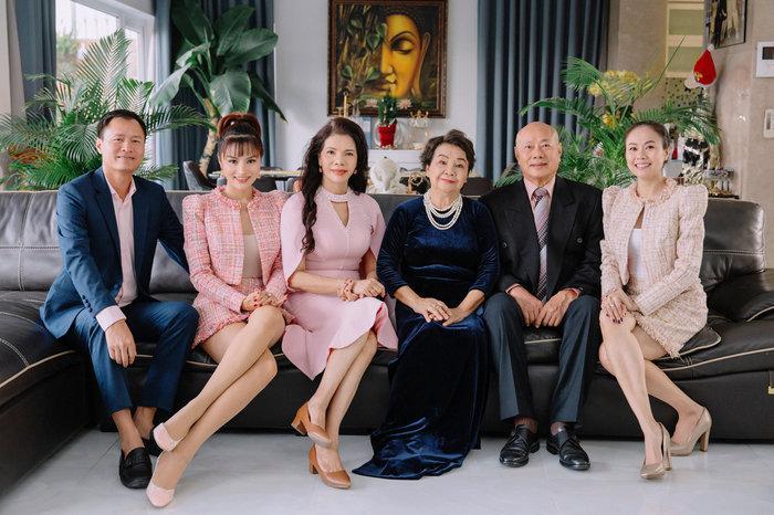 Siêu mẫu Vũ Thu Phương: 'Ba mẹ chồng coi bố mẹ tôi như em ruột nên quan tâm nhau lắm' Ảnh 2