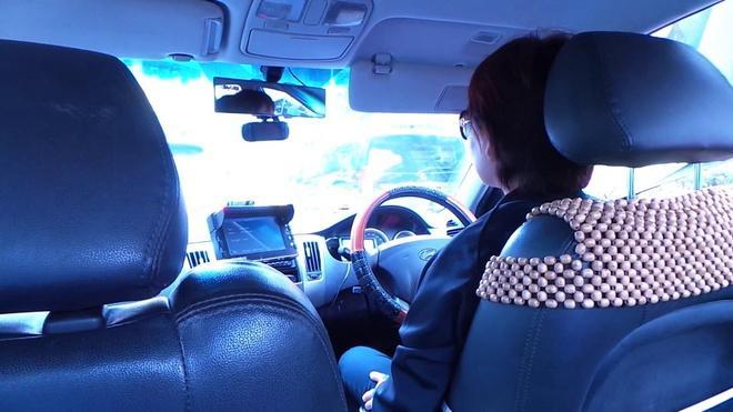 Tài xế Singapore báo cảnh sát vì vợ ngả đầu lên vai chồng trên xe Ảnh 2