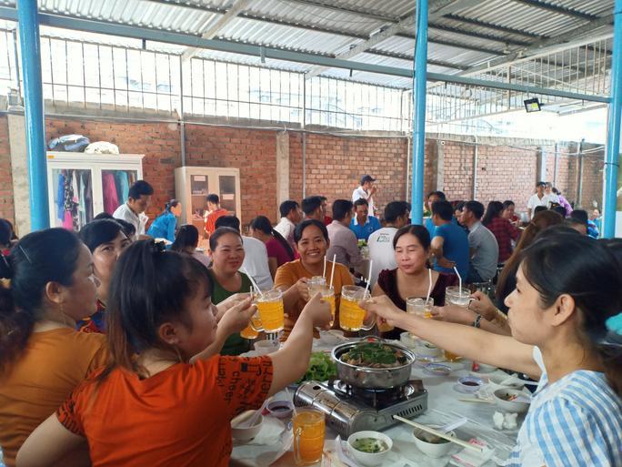 Tổ chức tiệc tất niên cho công nhân ở trọ Ảnh 4