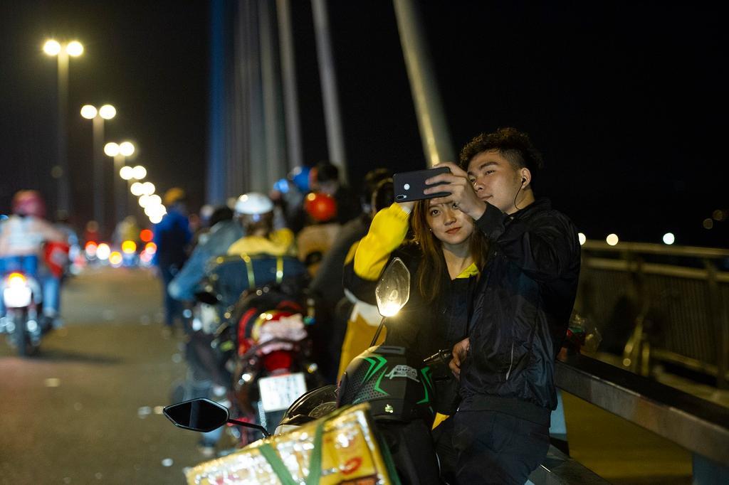 Người miền Tây về ăn Tết dừng ở cầu Mỹ Thuận ngắm cảnh, cho con bú Ảnh 1