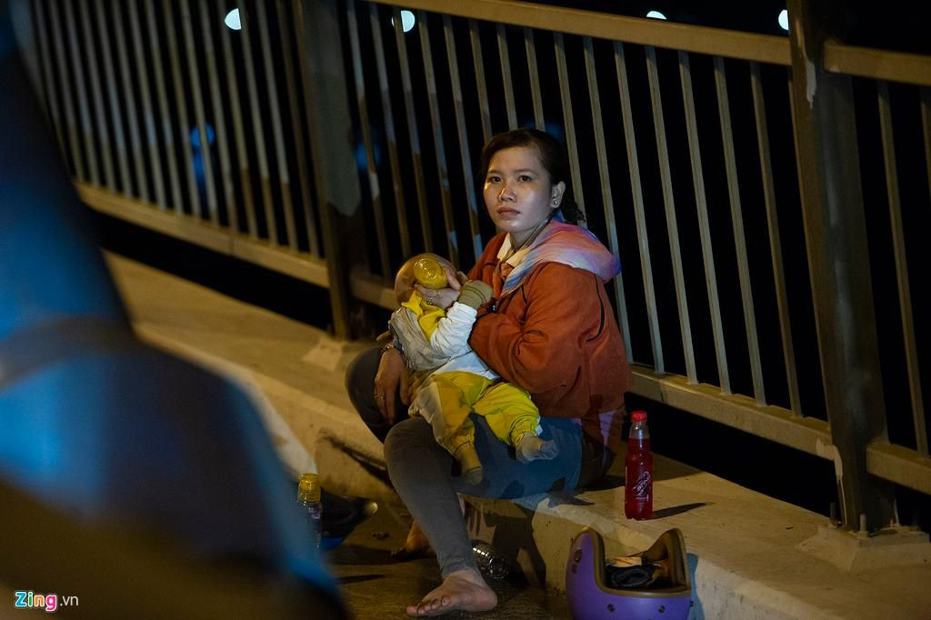 Người miền Tây về ăn Tết dừng ở cầu Mỹ Thuận ngắm cảnh, cho con bú Ảnh 2