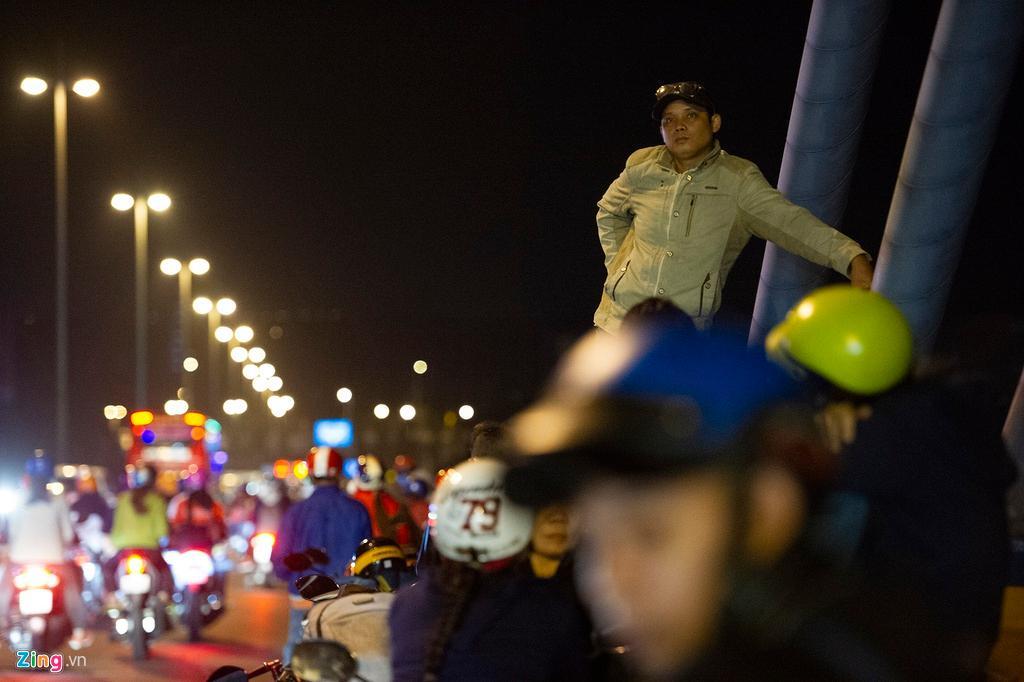 Người miền Tây về ăn Tết dừng ở cầu Mỹ Thuận ngắm cảnh, cho con bú Ảnh 6