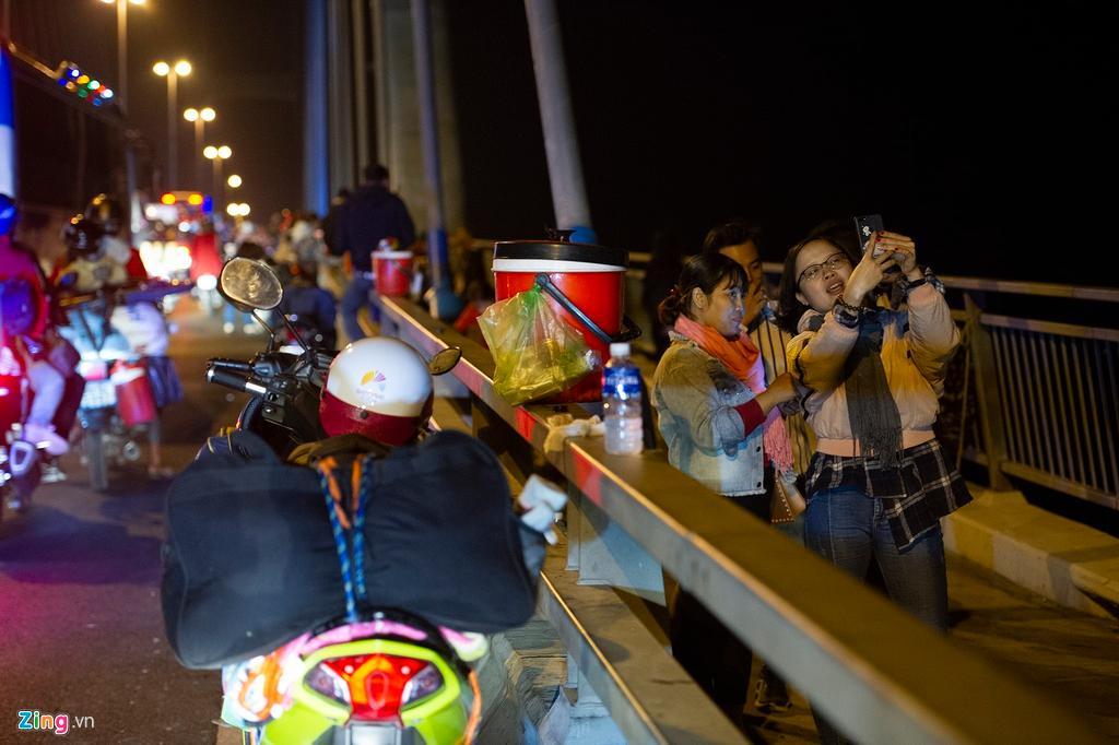 Người miền Tây về ăn Tết dừng ở cầu Mỹ Thuận ngắm cảnh, cho con bú Ảnh 5