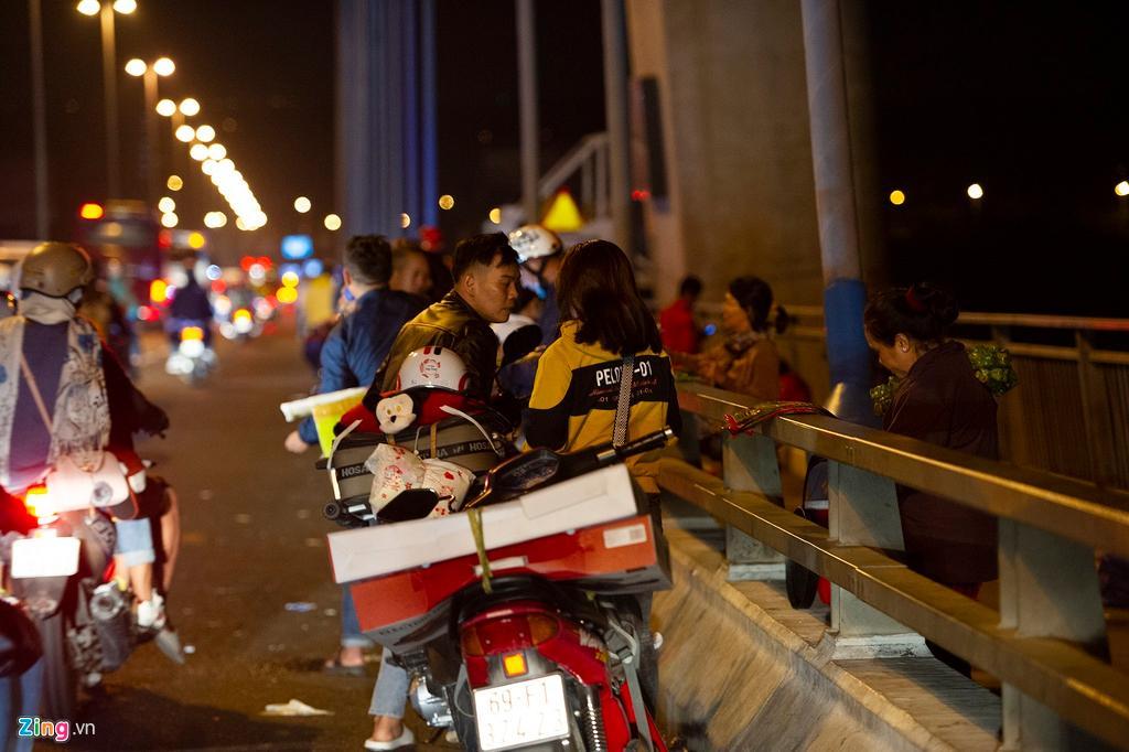 Người miền Tây về ăn Tết dừng ở cầu Mỹ Thuận ngắm cảnh, cho con bú Ảnh 9