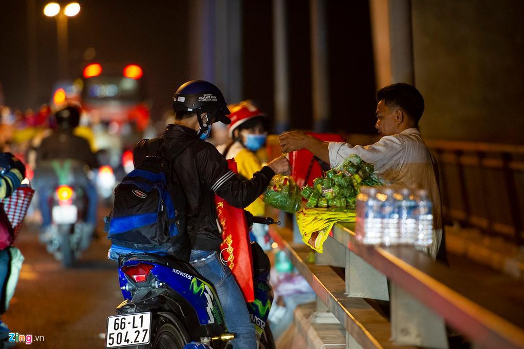 Người miền Tây về ăn Tết dừng ở cầu Mỹ Thuận ngắm cảnh, cho con bú Ảnh 7